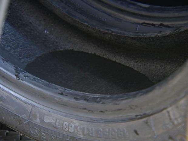 Cuidado com pneus é importante no combate aos mosquitos (Foto: Reprodução/TV TEM)