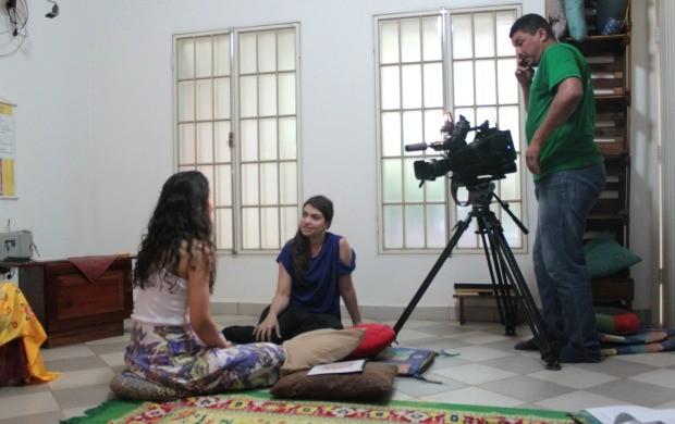 Repórter Vanessa Mafra em conversa com uma seguidora da filosofia durante as gravações (Foto: Jenifer Zambiazzi/G1)