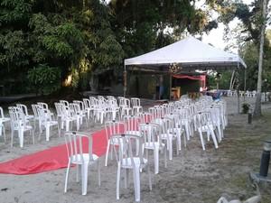 Cerimônia sem luxo foi realizada em camping, com cadeiras de plástico (Foto: Dione Aguiar/G1)