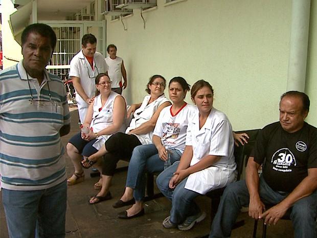 Servidores em greve permanecem parados na porta da UBDS Vila Virgínia (Foto: Maurício Glauco/EPTV)