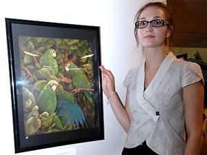Arista francesa Audrey Guiblet doou quadros de papagaio para ajudar na arrecadação (Foto: Divulgação/Universidade de Porto Rico)