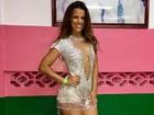 Renata Santos usa vestido ousado para cair no samba