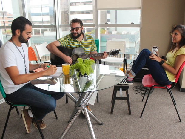 Clientes podem alugar spots de trabalho e também trocar experiências na sala de convivência  (Foto: Fliperama/Divulgação)