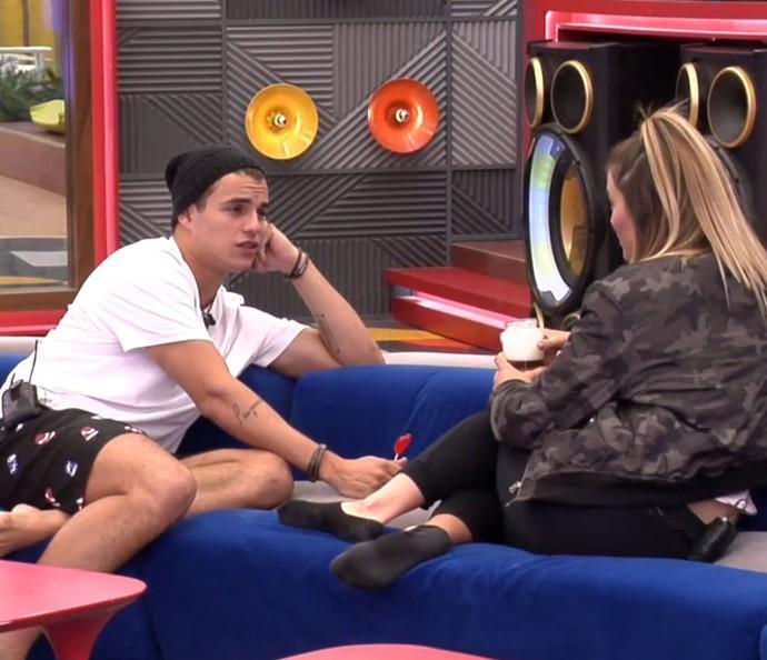 Antônio pede para Alyson sentar mais perto dele no Gran Hermano (Foto: TeleCinco)