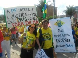 Em Maceió, casal exibe cartazes contra corrupção e gastos do governo (Foto: Lucas Leite/G1)