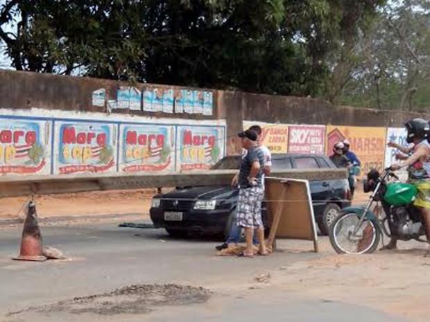 Poste tingiu carro que estava estacionado (Foto: Marcial Lima/TV Mirante)