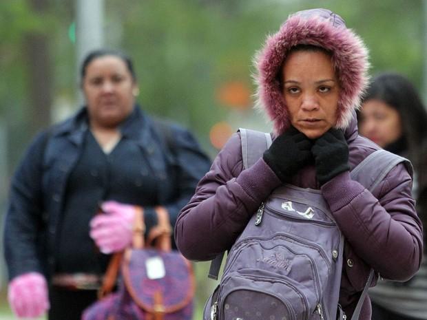 Pedestres enfrentam frio na região da Vila Olímpia, na Zona Sul de São Paulo. O Centro de Gerenciamento de Emergências (CGE) mostrou que o frio chegou a 2,6°C na madrugada no bairro de Parelheiros, no extremo sul da cidade (Foto: Werther Santana/Estadão Conteúdo)