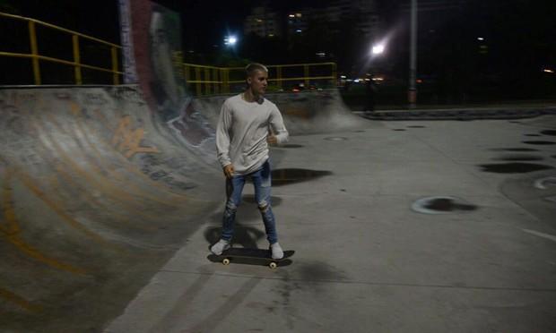Justin Bieber anda de skate no Rio (Foto: Vinicius Marinho/Brazil News)