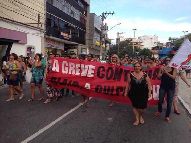Professores, pais e alunos participaram do protesto (Foto: Rafael Quintão/ Inter Tv)