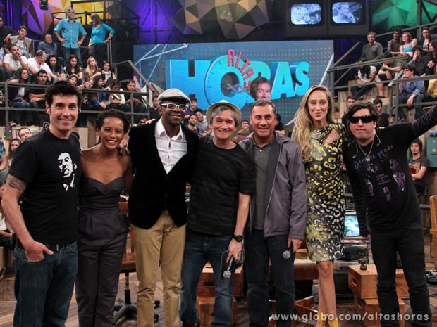 Serginho Groisman reúne os convidados para fazer uma foto nos bastidores (Foto: TV Globo/Altas Horas)