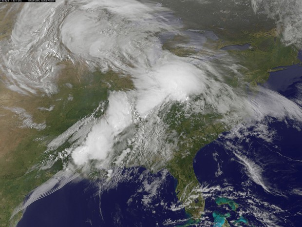 Imagem de satétite mostra a formação do tornado (Foto: NASA/NOAA GOES Project)