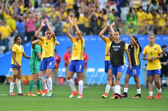 Torcida aplaude Brasil x Canadá (Foto: Marcos Ribolli)