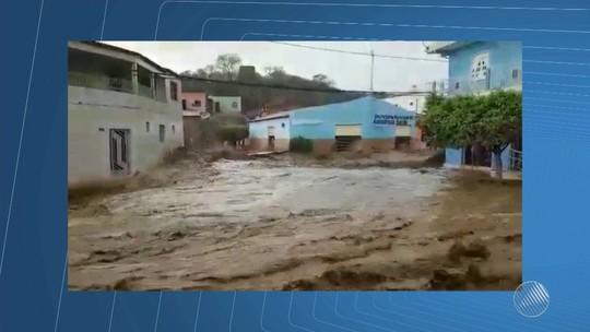 Chuva forte arrasta carros e água invade igreja no interior da Bahia
