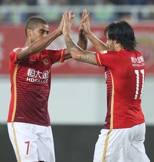 Ricardo Goulart e Alan comemoram pelo Guangzhou Evergrande (Foto: Osport.cn)