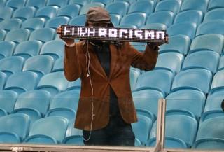 Torcedor solitário faz protesto contra racismo na Arena (Foto: Diego Guichard)