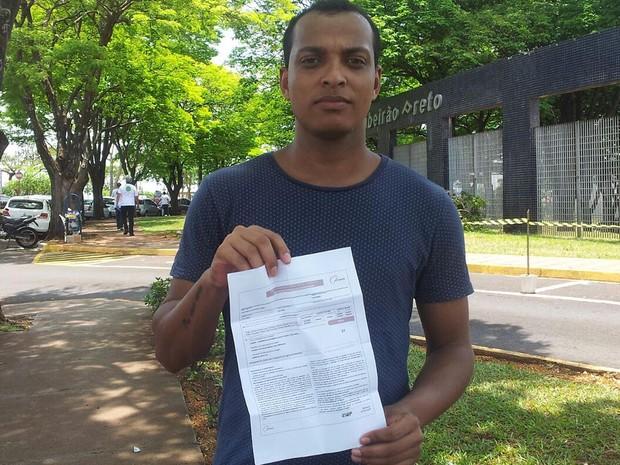 Enem 2015 - Sábado (24) - Ribeirão Preto (SP) - João Gonçalves de Souza Junior, de 23 anos, chegou tr~es minutos após o fechamento dos portões onde faria a prova (Foto: Adriano Oliveira/G1)