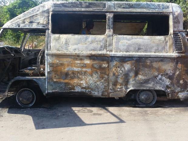 Segundo Bombeiros, motorista relatou que ouviu uma explosão no motor do carro (Foto: Divulgação/Corpo de Bombeiros)