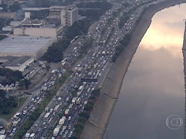 Acidente provoca congestionamento no sentido Castello Branco da Marginal Tietê nesta segunda-feira (2) (Foto: Reprodução/TV Globo)