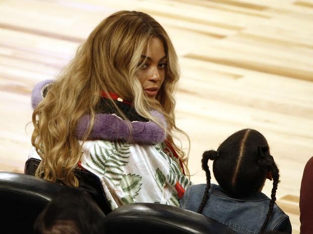Beyoncé e Blue Ivy em jogo de basquete em Nova Orleans, nos Estados Unidos (Foto: Derick E. Hingle/ Reuters)