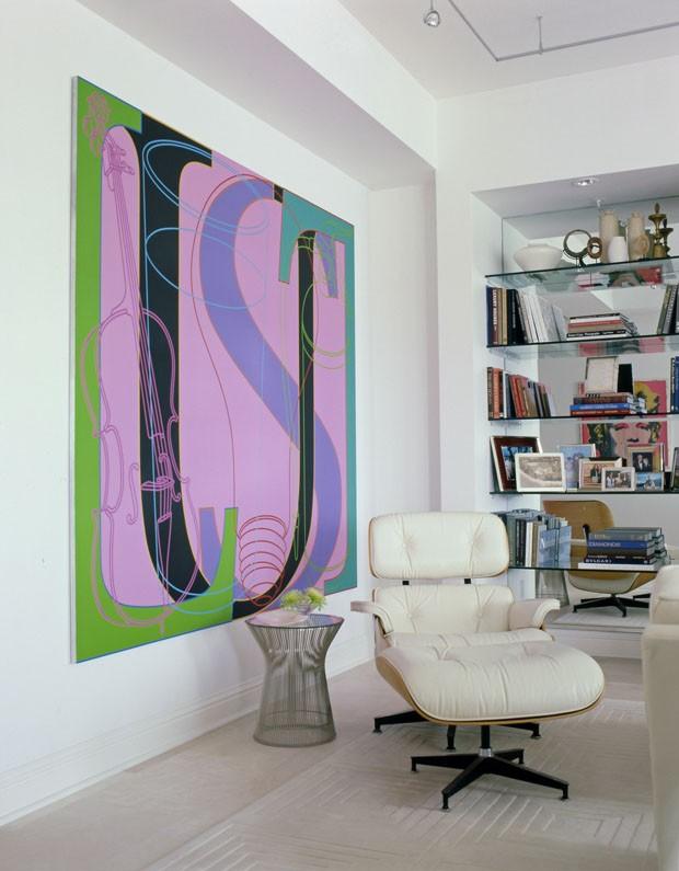Apartamento branco feito para impulsionar a arte (Foto: Vicente Wolf/Divulgação)