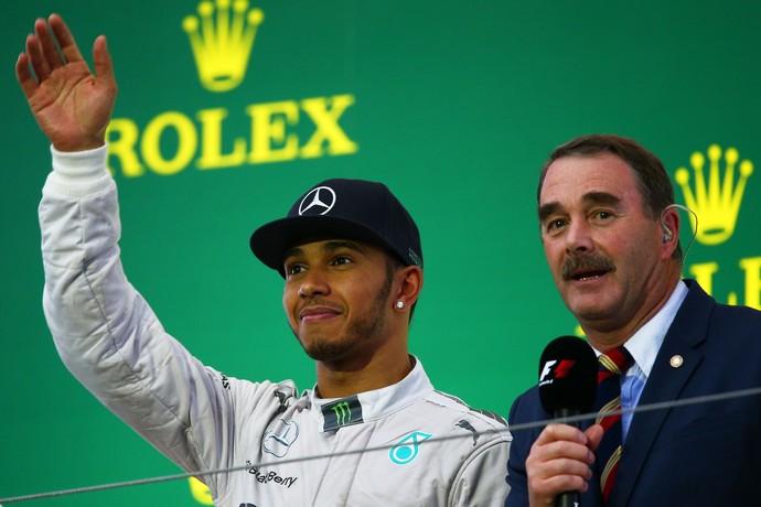 Lewis Hamilton e Nigel Mansell no pódio do GP do Japão  (Foto: Getty Images)