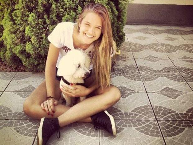 Que fofa! Olha só como ela ama o seu cãozinho (Foto: Malhação / TV Globo)