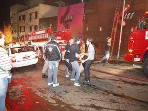 O incêndio provocou pânico e muitas pessoas não conseguiram acessar a saída de emergência (Foto: Germano Roratto/Agência RBS)