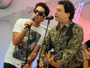 Rogério Flausino e Frejat fazem dueto em evento do Rock in Rio (Foto: Alexandre Durão/G1)