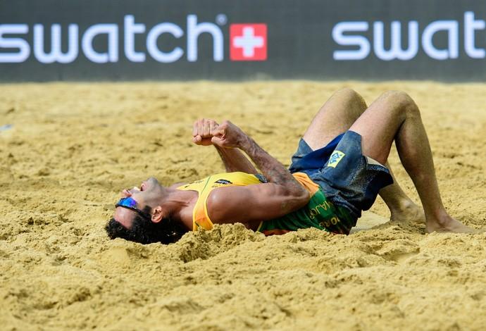 Pedro Solberg também comemora nas areias de Porec o primeiro título da dupla no Circuito Mundial  (Foto: FIVB)