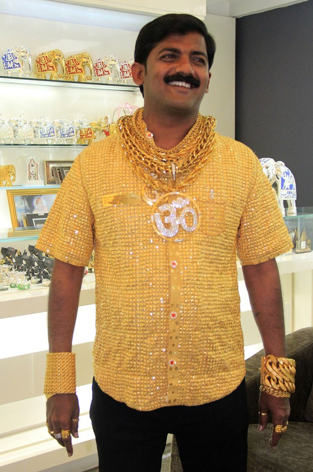Datta Phuge tenta entrar para o Guinness com camisa de ouro de 3,32 kg (Foto: AFP)