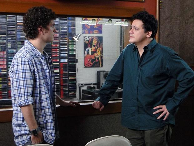 Ansioso, Fabiano quer saber se gabriel aceita ou não ser o Rei (Foto: Malhação / Tv Globo)
