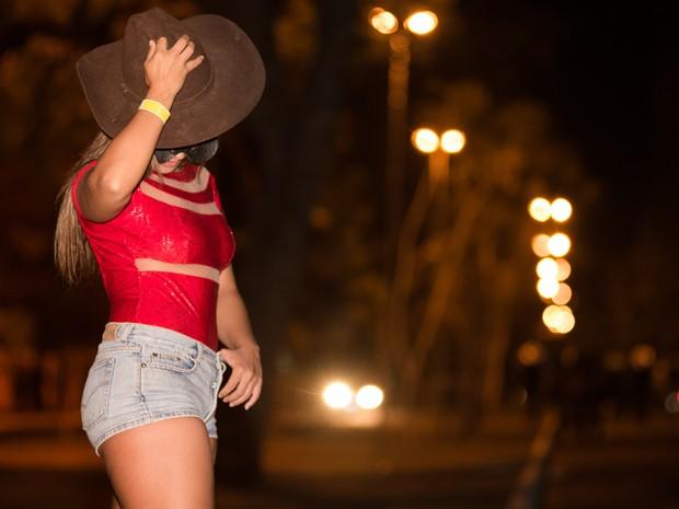 Nina Dias Said, de 22 anos, é de Florianópolis (SP) e aproveita a Festa de Barretos para faturar  (Foto: Érico Andrade/G1)