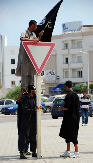Muçulmanos protestam contra o filme nesta quarta-feira (12) em frente à embaixada dos EUA na Tunísia, em Túnis (Foto: AP)