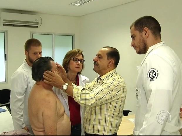 Professores e alunos examinam as pintas e manchas dos pacientes (Foto: reprodução/TV Tem)