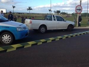 Policial foi alvejado dentro do carro, na saída para Aquidauana (Foto: Maria Caroline Palieraqui/G1 MS)