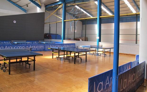 Estrutura da sede social do Huachipato - Mesas de tênis de mesa e quadra poliesportiva (Foto: Rafael Cavalieri)