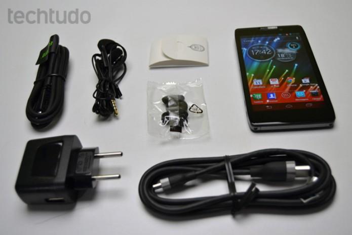 Motorola Razr Hd vem com fones de ouvido, carregador e um cabo HDMI (Foto: Stella Dauer/TechTudo)