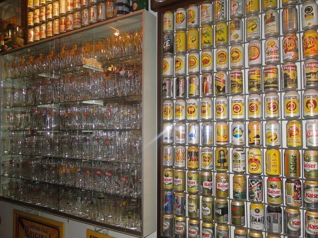 34 mil itens estão expostos no pub particular de Carlos Quintella, em Bebedouro, SP (Foto: Michel Montefeltro/G1)