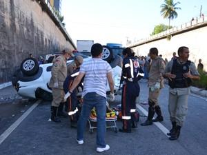 Condutora do carro e uma criança foram tiradas das ferragens (Foto: Walter Paparazzo/G1)