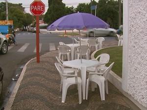 Segundo Detran, ambulantes não podem interditar calçadas (Foto: Rodrigo Sargaço/ EPTV)