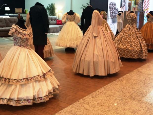 Vestidos à moda do século XIX estão em exposição em shopping (Foto: Divulgação)