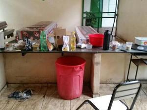 Suspeitos arrombaram escola e fizeram comida no local (Foto: G1)