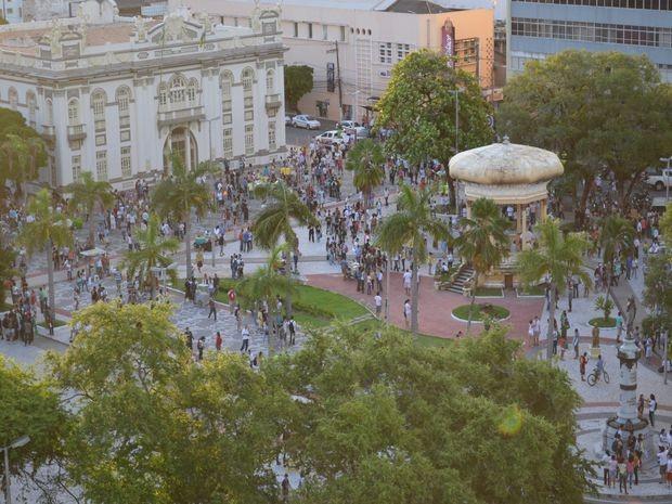 Vista da Praça Fausto Cardoso onde manifestantes se reunem para sair em passeata (Foto: Flávio Antunes/G1)