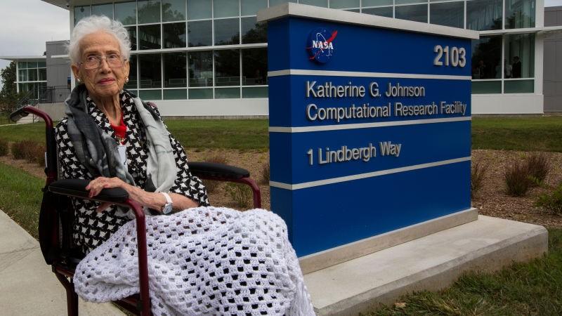 Katherine Johnson em frente ao prédio cujo nome inspirou (Foto: NASA)