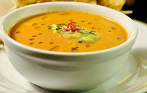 Sopa de tomate com risoni, grão de bico e especiarias