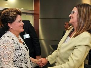 A presidente Dilma Rousseff cumprimenta a nova presidente da Petrobras, Maria das Graças Foster (Foto: Roberto Stuckert Filho/PR)