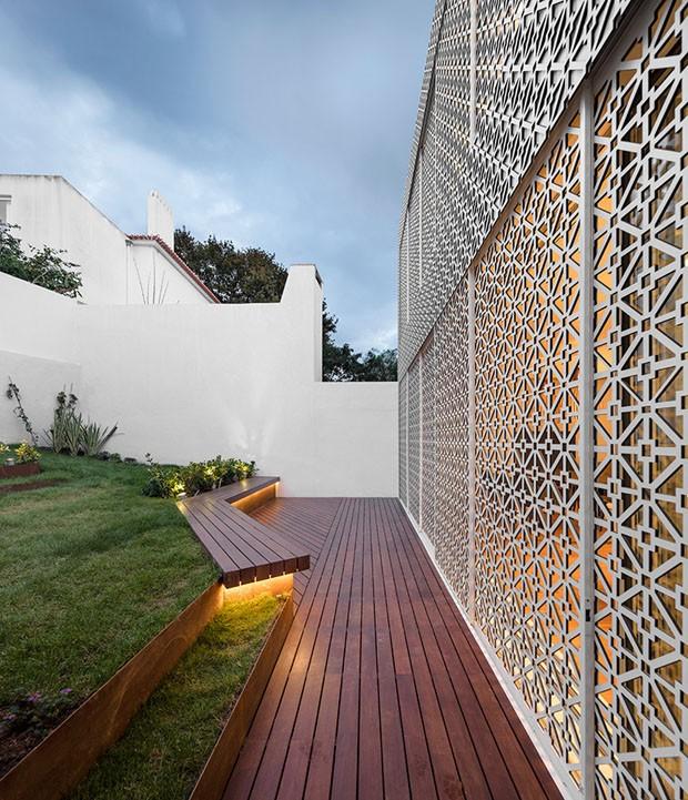 Elementos vazados vestem casa como uma renda portuguesa (Foto: FG+SG - Fotografia de Arquitectura/Divulgação)