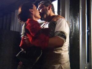 Tereza e Hermes se beijam  (Foto: Além do Horizonte/TV Globo)