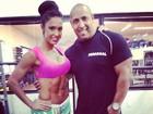 Decotada e de shortinho, Gracyanne Barbosa exibe barriga 'tanquinho'