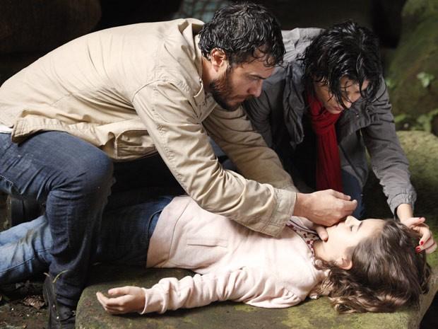 Rodrigo checa se Clara está respirando, e Miriam observa, aflita (Foto: Amor Eterno Amor / TV Globo)